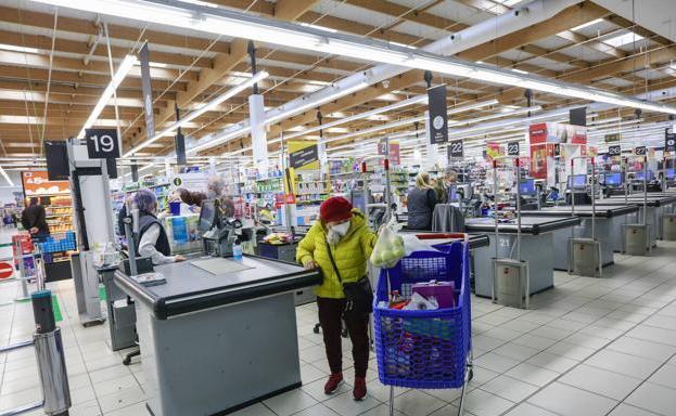 El personal de supermercados inicia protestas contra la decisión de no vacunarles como grupo esencial
