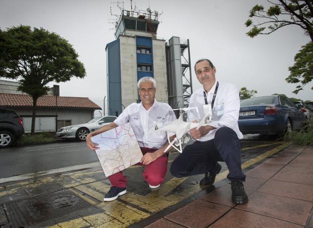 Enrique y Ernesto, con sus herramientas habituales para volar alto y seguro: un dron y un mapa. / F. DE LA HERA