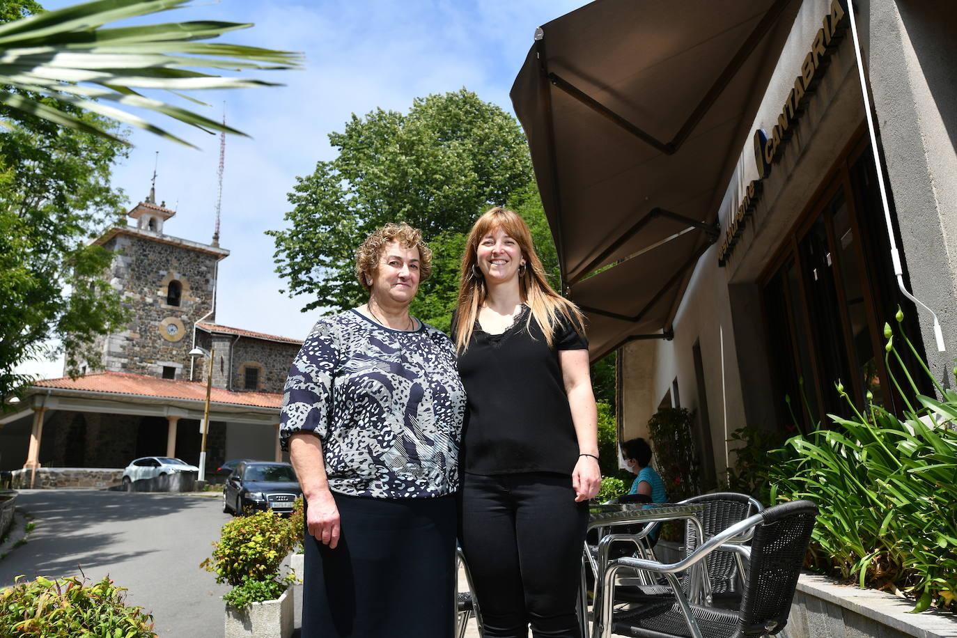 Maite y Lorea, frente a su restaurante, Kantabria, cerca del santuario de Arrate.