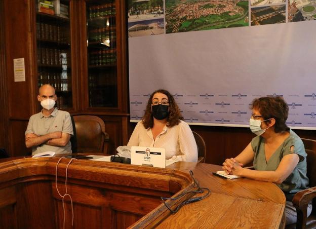 Mikel Malcorra, Mónica Martínez y Norma Andrade en la presentación del acuerdo. / FLOREN PORTU