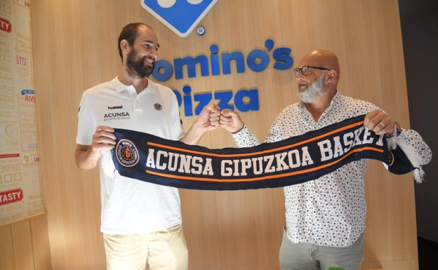 Mario Delas with the counselor Vicente Mozo, this morning at Domino's Pizza de Gros, in San Sebastián.