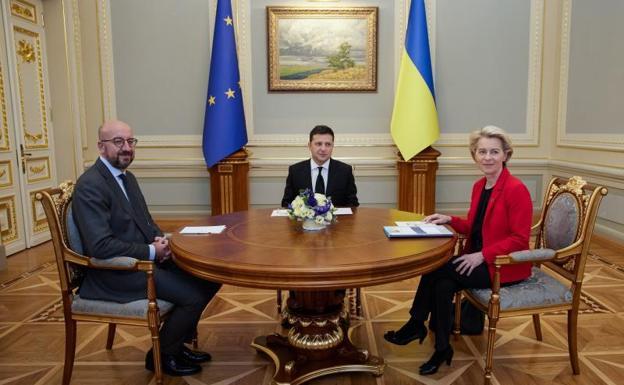 The President of Ukraine, Volodymyr Zelenskiy, between Charles Michel and Ursula von der Leyen.