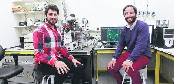 Los ingenieros Ion Andreu y Alberto Elósegui posan en el laboratorio donde  han realizado sus investigaciones 4834d385041