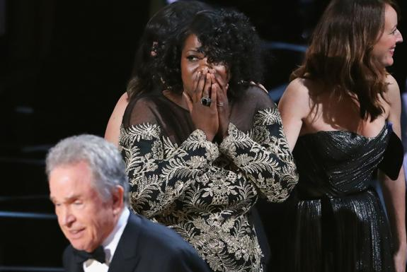 Warren Beatty intenta aclarar el embrollo ante una incrédula Joi McMillon./